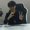 Hideo Kojima fazendo o símbolo do Comando Vermelho